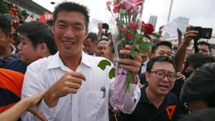 Nhà tỉ phú trẻ Thái Lan Thanathorn Juangroongruangkit được người ủng hộ chào mừng khi ông đến trình diện cảnh sát ở Bangkok, ngày 06/04/2019.