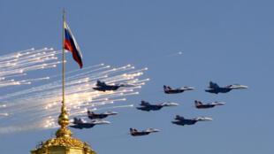 Au-dessus de la place Rouge à Moscou (Russie), commémoration de la fin de la Seconde Guerre mondiale, des avions militaires volent en formation, le 9 mai 2009.
