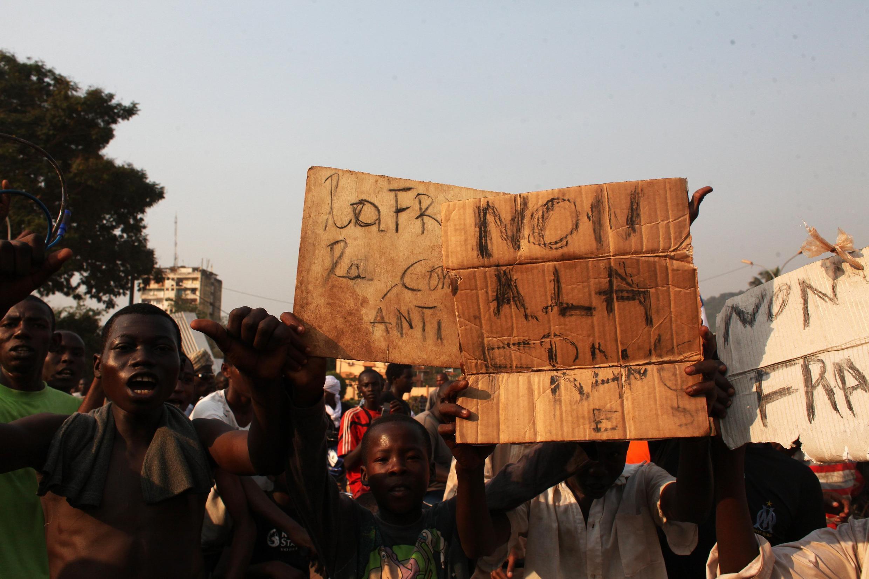 Manifestation contre l'intervention française en Centrafrique, le 22 décembre.