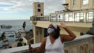 Sayuri Koshima transporta turistas estrangeiros virtuais pelas ruas de Salvador