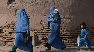 Mulheres afegãs com seus filhos