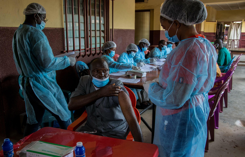 La Guinée a entamé cette année une nouvelle série de vaccinations contre le virus Ebola après l'apparition d'une épidémie dont les recherches ont montré qu'elle provenait d'un survivant.