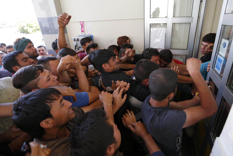 Di dân tranh nhau mua vé xe lửa ở Croatia.