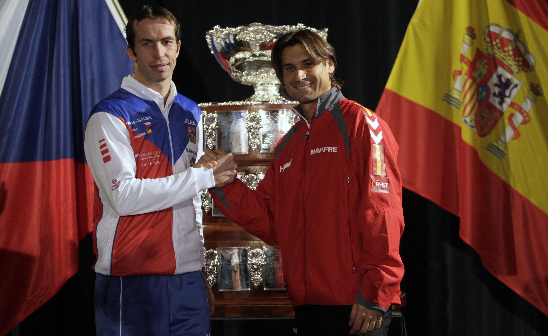 El español David Ferrer y el checo Radek Stepanek luego del sorteo de emparejamiento para la copa Davis, el 15 de noviembre de 2012. Ambos jugadores abren el torneo.
