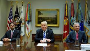 Bộ 3 quyền lực của nước Mỹ : Tổng thống Donald Trump (giữa), chủ tịch Hạ Viện Paul Ryan (trái) và Mitch McConnell lãnh đạo đa số tại Thượng Viện, ngày 05/09/2017.