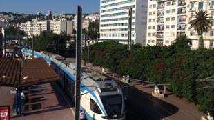 Autrefois, la gare ferroviaire d'Agha était réservée aux trains de marchandises. Aujourd'hui, elle dessert la banlieue de la capitale et l'est du pays (Alger/Oran: cinq heures de trajet pour 400 km).