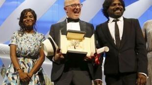 """Đạo diễn Jacques Audiard (G), đoạt  Cành Cọ Vàng với bộ phim  """"Dheepan"""" Ảnh chụp với nữ diễn viên Srinivasan và nam diễn viên Jesuthasan Antonythasan, 24/05/2015"""