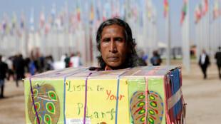 Un indigène manifeste ce 18 novembre 2016 devant les locaux où se tient la COP22, à Marrakech avec un message: «Ecouter vos plantes».