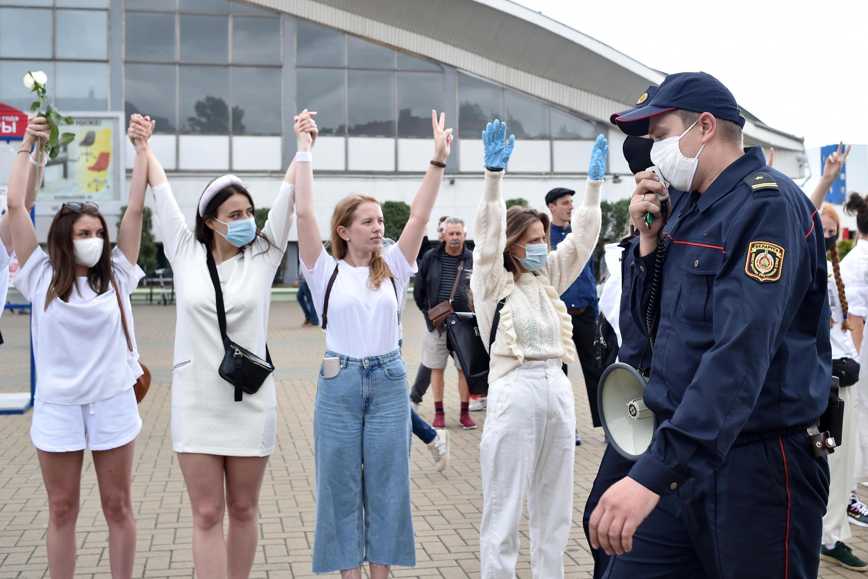 12 августа на улицы городов Беларуси вышли женщины в белом с цветами и плакатами, призывающими силовиков прекратить насилие