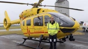 Willliam no primeiro dia de seu novo emprego, como piloto de helicóptero-ambulância.