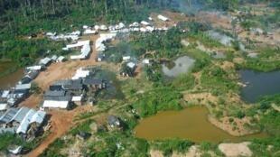 Foto de 2004 mostra garimpo ilegal na região de Dorlin, onde ocorreram as mortes de dois militares nesta quarta-feira.