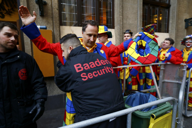 """Durante el """"Carnaval de Mujeres"""" (""""Weiberfastnacht"""") el público se somete a requisas antes de ingresar a la zona de festejos, Colonia, 4 de febrero de 2016."""
