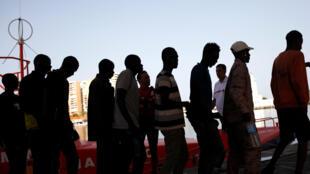 Des migrants débarquent sur le port de Malaga, en Espagne, le 7 juillet 2018. (Photo d'illustration)