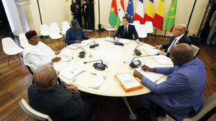 (G-D). Les présidents Mahamadou Issoufou (Niger), Ibrahim Boubacar Keita (Mali), Idriss Deby (Tchad), Emmanuel Macron (France), Mohamed Ould Cheikh El Ghazouani (Mauritanie) et Roch Marc Christian Kaboré (Burkina) lors du sommet de Pau, le 13/01/2020.