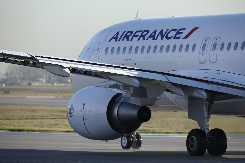 Um Airbus A320 na pista de decolagem do aeroporto Roissy - Charles de Gaulle.