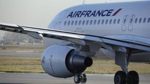 La compagnie Air France veut regagner des parts de marché en améliorant le service. (Airbus A320).
