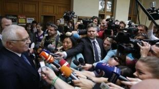 Vaclav Klaus, président de la République Tchèque, interrogé par la presse à sa sortie d'un bureau de vote, à Prague, le 28 mai 2010.