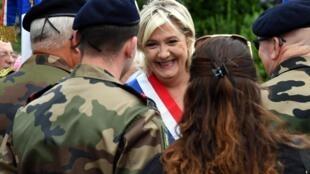 Marine Le Pen, chefe da extrema direita francesa, conta cada vez mais com o apoio dos militares