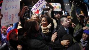 Eleitores comemoram a vitória de Barack Obama em Times Square, em Nova York; o presidente democrata terá que continuar governando com um Congresso de maioria republicana.