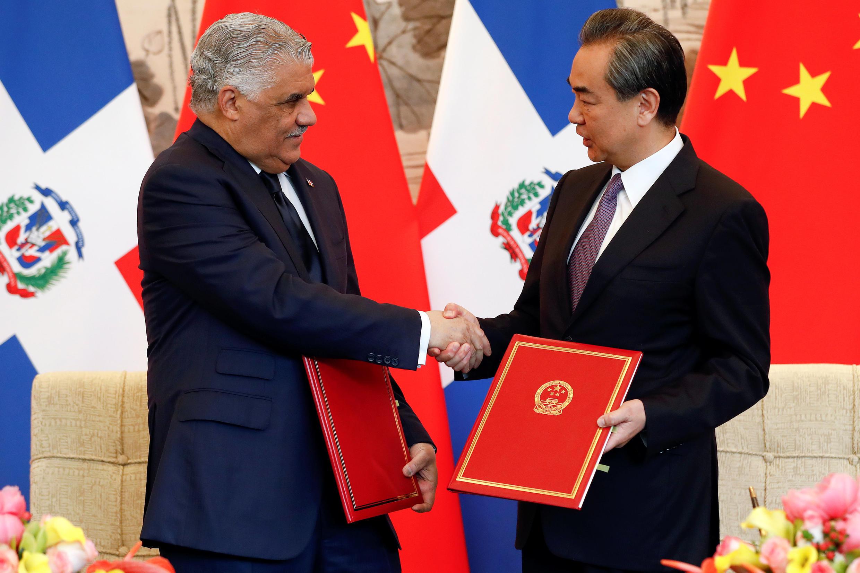 """Ngoại trưởng Trung Quốc Vương Nghị cùng với đồng nhiệm Cộng Hòa Dominicana Miguel Vargas tại Bắc Kinh (Trung Quốc) ngày 01/05/2018. Bắc Kinh luôn tìm cách tăng cường ảnh hưởng tại """"sân sau"""" của Mỹ. Ảnh minh họa"""