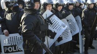 La police anti-émeutes a pris position dans la ville d'Aktaou, dans le bassin pétrolifère de l'ouest du Kazakhstan où, avec Janaozen, des rassemblements ont eu lieu, le 18 décembre 2011.