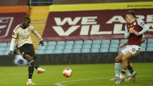 Le milieu de Manchester United Paul Pogba marque sur le terrain d'Aston Villa le 9 juillet 2020 à Birmingham