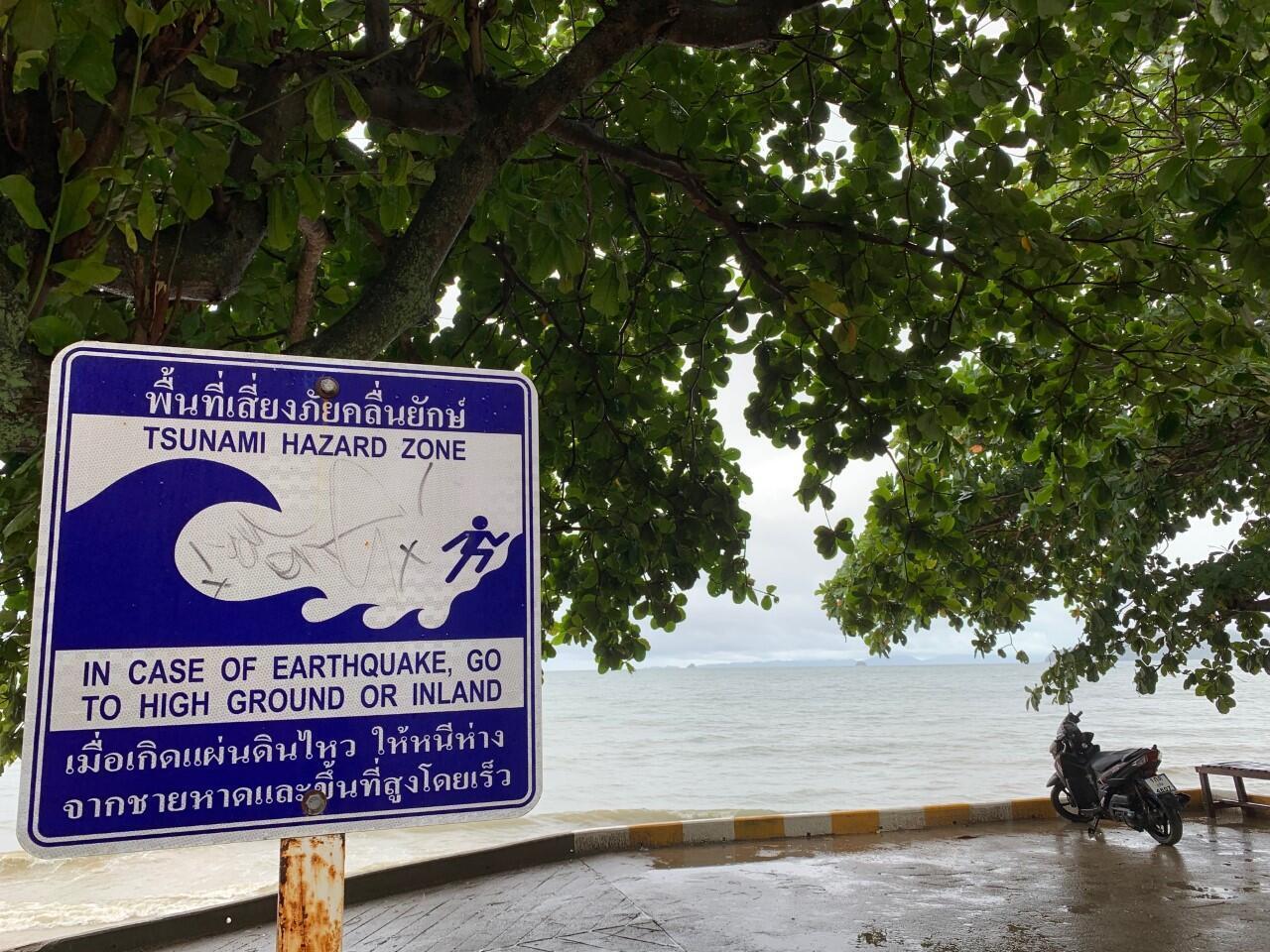 O mar agora parece calmo, mas as ondas no golfo da Tailândia, que normalmente são de dois metros, atingiram entre cinco e sete metros