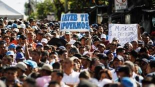 Des partisans du nouveau président Nayib Bukele manifestent devant le congrès national à San Salvador, le 9 février 2020.