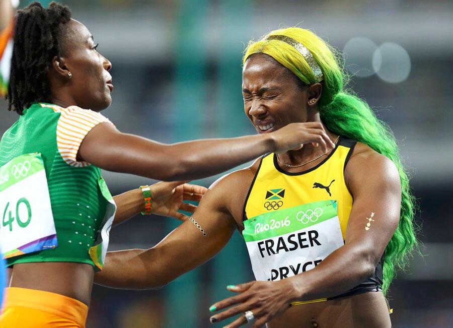 JO 2016 - Athlétisme - demi-finale femme 100m - La jamaïcaine Shelly-Ann Fraser-Pryce (d) étreint l'ivoirienne Marie Josée Ta Lou (g) qui vient de rater de peu le podium. Stade olympique de Rio de Janeiro, Brésil – 13/08/2016..