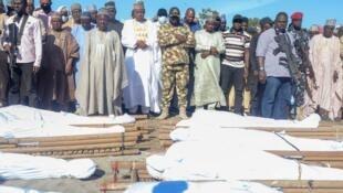 Gwamnan jihar Barno Babagana Umara Zulum yayin jana'izar manoma 43 da Boko Haram ta kashe a jihar