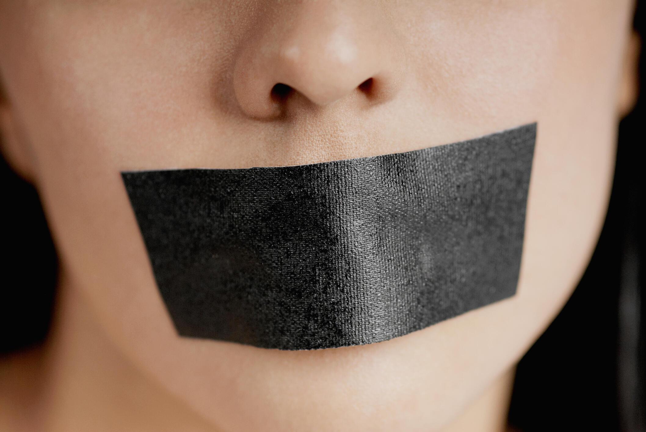 Les bâillonnés, retour sur les poursuites bâillons du groupe Bolloré pour faire taire les journalistes enquêtant sur les investissements du groupe en Afrique.