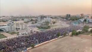 Manifestación multitudinaria en Jartum, Sudán, este 9 de abril de 2019.