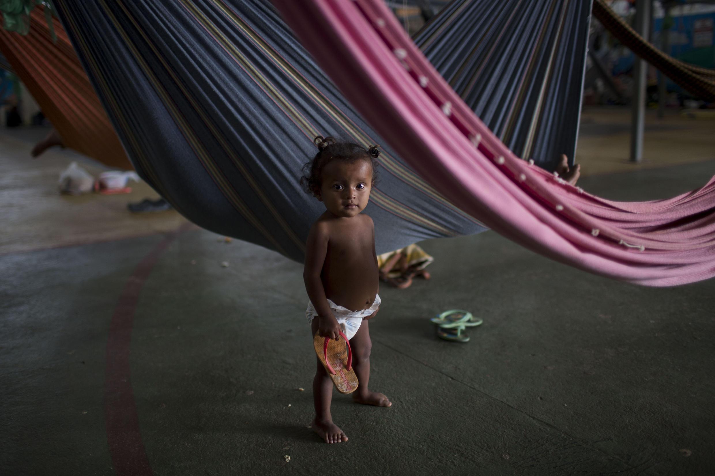 Una niña Warao, tribu indígena venezolana, algunos miembros están refugiados en Pintolandia. Boa visata, Roraima, Brasil. 24 de febrero de 2018.