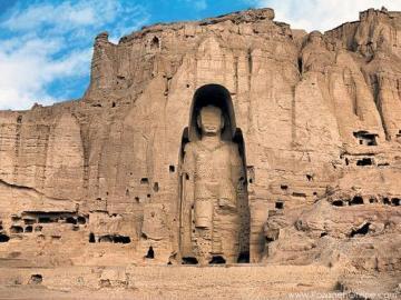 В 2001 году ударами из зенитных орудий талибы уничтожили статуи Будды в Бамианской долине  (VI век нашей эры).