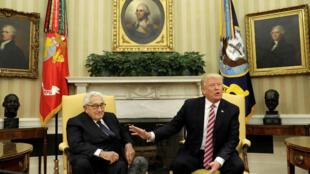 Tổng thống Mỹ Donald Trump gặp cựu ngoại trưởng Henry Kissinger tại Nhà Trắng, ngày10/05/2017. Cũng trong cuộc gặp này, ông Trump giải thích với báo giới lý do sa thải giám đốc FBI