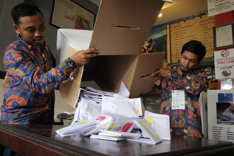 Le décompte des bulletins durant les dernières élections en Indonésie, dans un bureau de vote de la ville de Surabaya, le 17 avril 2019.