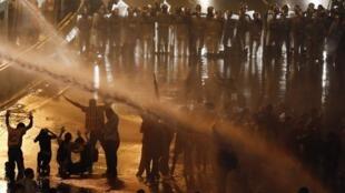 A polícia venezuelana usou jatos de água para dispersar os manifestantes na sexta-feira, 14 de fevereiro, em Caracas.