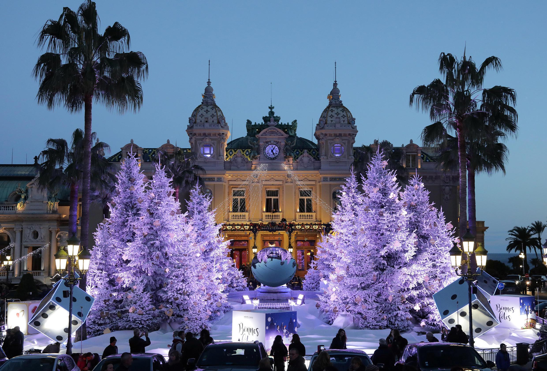 Новогодние ели в Монте-Карло, Монако.