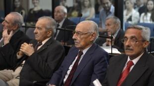 Parmi les 25 coaccusés, l'ancien dictateur argentin Rafael Videla (2e à droite).