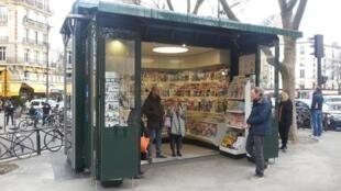 Prototipo en funcionamiento de los nuevos kioscos parisinos.