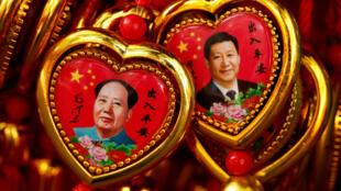 北京紫禁城附近一家商店內的毛澤東和習近平肖像紀念品  2016年9月9日