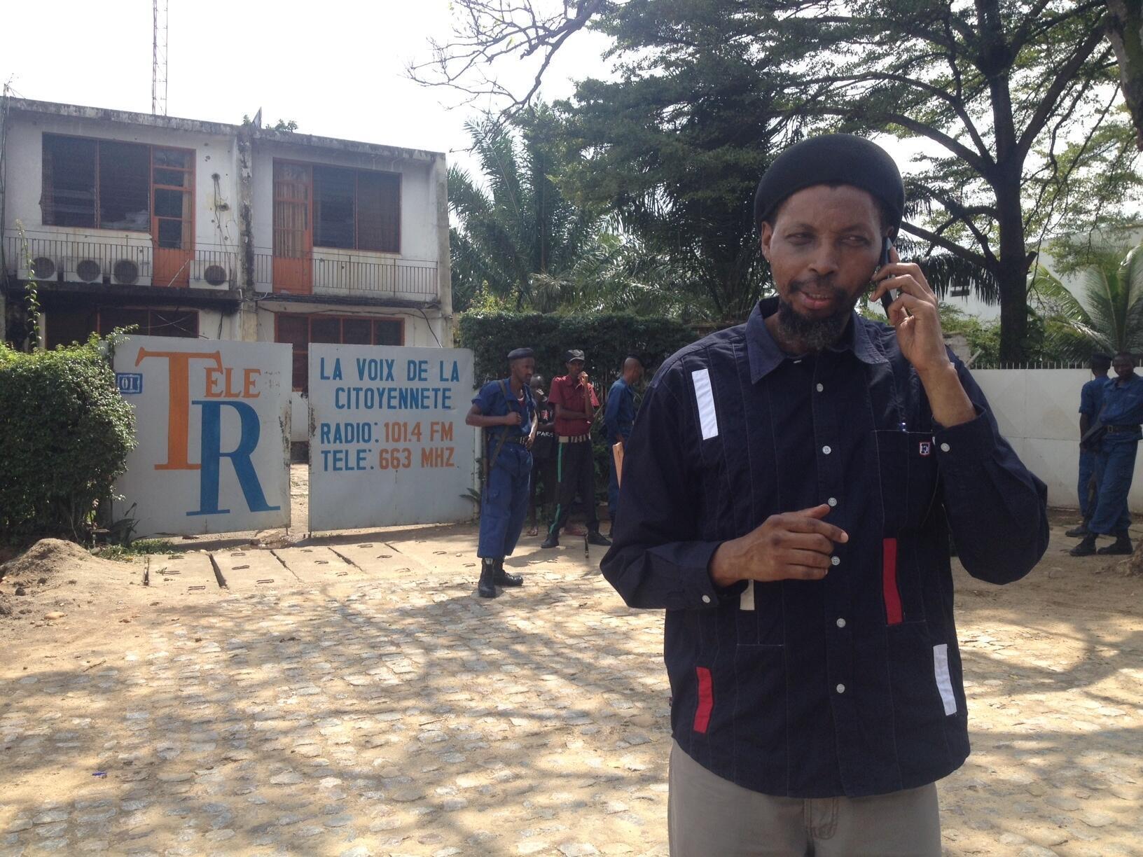 Innocent Muhozi devant la radio et télévision Renaissance toujours bouclée, le 19 mai 2015.