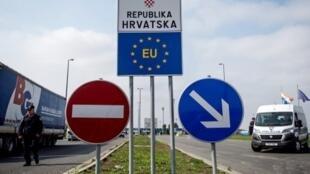 Crianças migrantes foram feridas a tiros da polícia na fronteira da Croácia com a Bósnia.