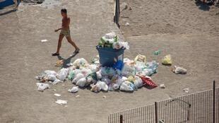Déchets non collectés à Naples en 2010. (Photo d'illustration).