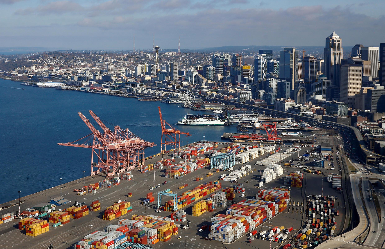 Vue de conteneurs dans le port de Seattle, aux États-Unis, le 21 mars 2019. Les cinq conteneurs de déchets, appartenant à une société canadienne, ont été acheminés de Seattle à Surabaya, deuxième plus grande ville d'Indonésie, fin mars.