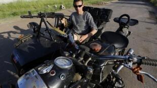 Một dân quân vũ trang thân Nga canh gác ở ngoại ô Slaviansk, miền đông Ukraina. (Ảnh chụp ngày 17/05/2014)