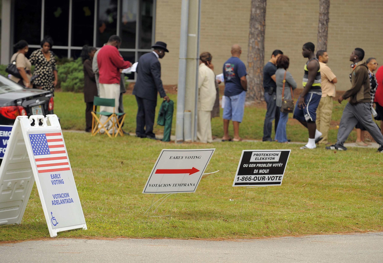 Cử tri Mỹ xếp hàng chuẩn bị đi bỏ phiếu (Reuters)