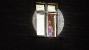 La chanteuse et actrice béninoise Angélique Kidjo dans la Cour d'honneur du Palais des papes avec « Femme Noire » de Léopold Sédar Senghor.