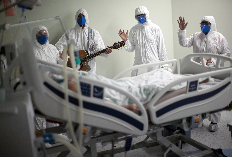 Trabajadores de un hospital de Belem, en el estado brasileño de Pará, cantan y rezan por los pacientes de covid-19 el 4 de abril de 2021