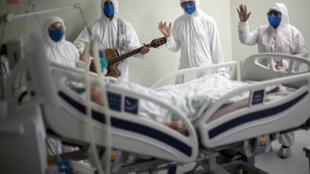 Profissionais de saúde de um hospital em Belém, no estado do Pará, cantam e rezam pelos pacientes com covid-19 no dia 4 de Abril de 2021.